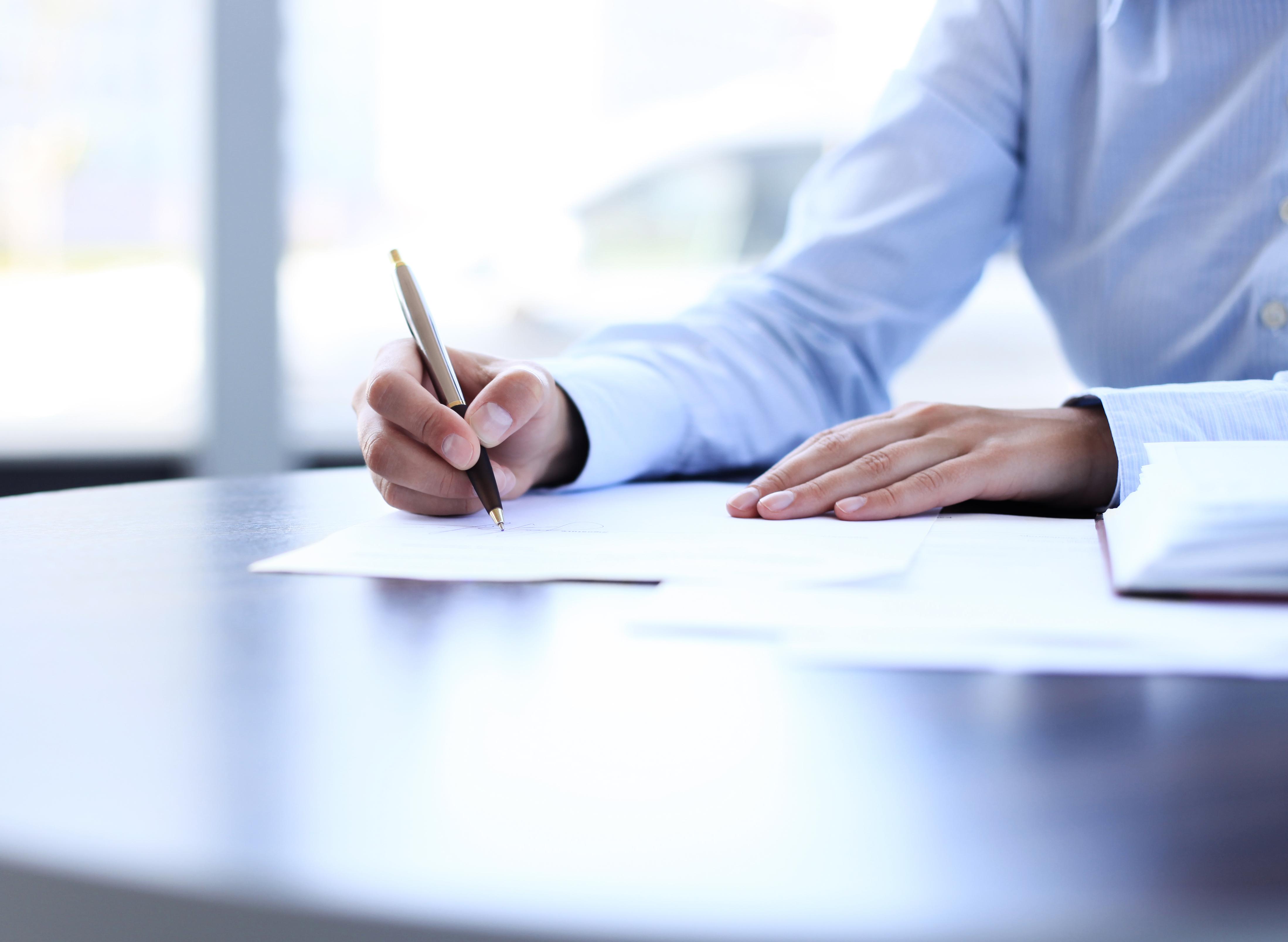 Kontor_Hånd som skriver